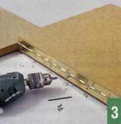 Рояльные петли соединяют подкосы с боковыми деталями