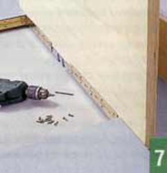 С помощью рояльной петли необходимо прикрепить столешницу к несущей части